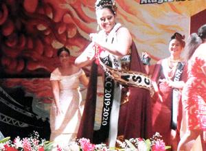 Newly crowned Apoiliu Atuaia performs her victory siva at