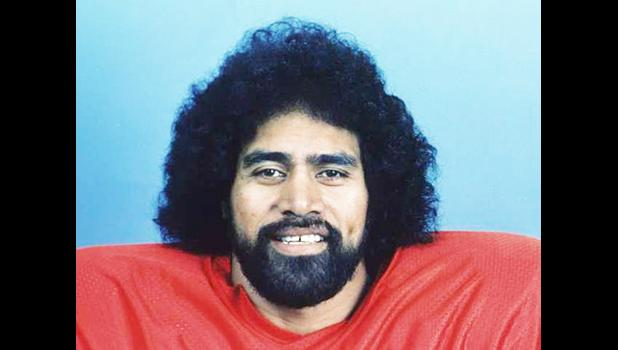 Mosi Tatupu in 1985, as a member of the New England Patriots. [photo: Associated Press / NFL Photos]