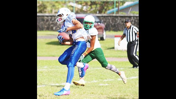 Sam Mikaele of Samoana securing a catch and heading towards the end zone to score the opening touchdown of the game against the Lions last Saturday morning. Mikaele helped the Sharks to a 34- 6 victory over Leone. [photo: TG]
