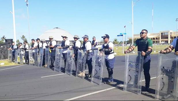 Samoa police behind barricades