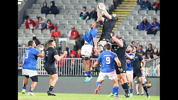 Manu Samoa's Piula Faasalele battles unsuccessfully for the ball during a lineout.  The New Zealand All Blacks defeated Manu Samoa 15s 78-0 at Eden Park, Auckland, New Zealand.  [Photo: Barry Markowitz]
