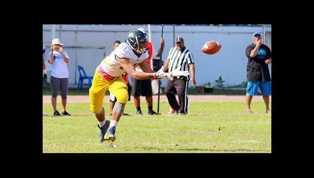 Nu'uuli Wildcats tight-end focusing on securing this pass from Fano, during their JV game against the Sharks last Saturday morning. [photo: TG]