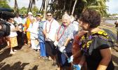 Samoa PM and helping hands haul submarine cable ashore [Photo: RNZI/Autagavaia Tipi Autagavaia]